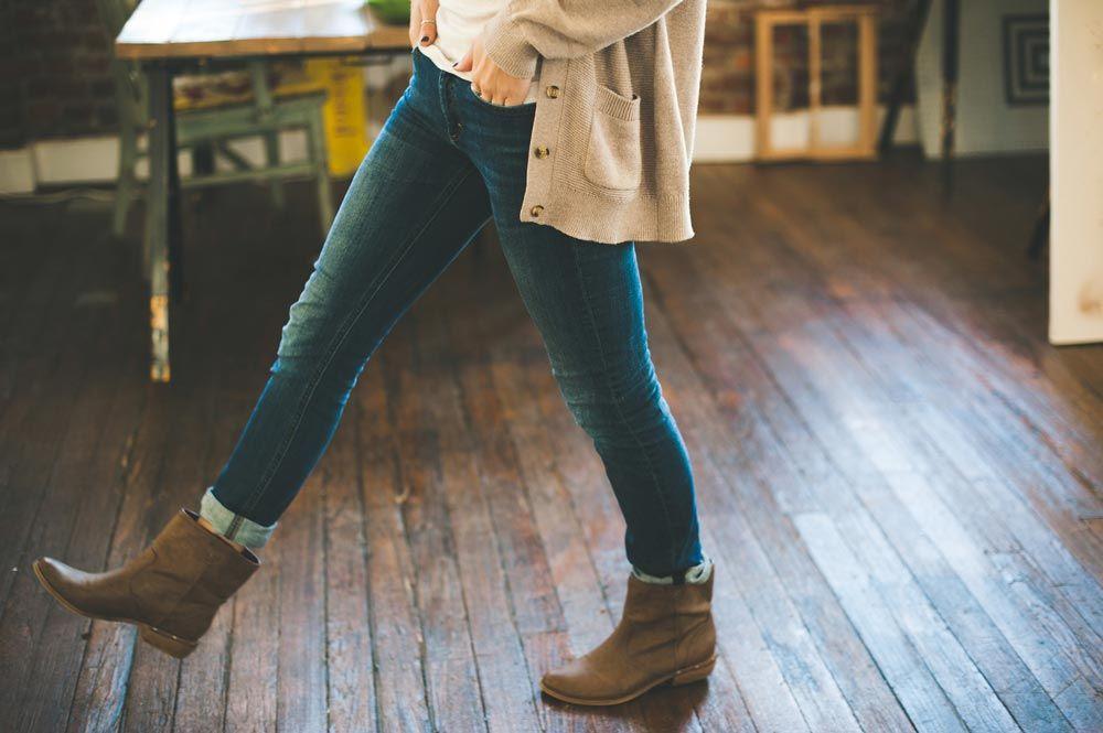 jeans-blau-cardigan-frau-stiefel-boots
